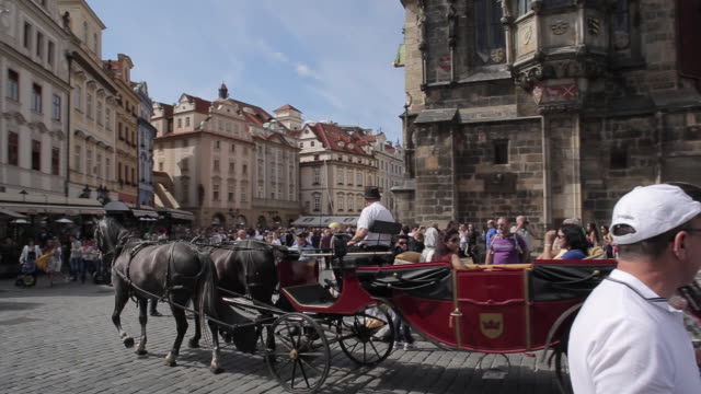 vídeos de stock, filmes e b-roll de tourists & horse & carriage in old town square, prague, czech republic, europe - animal de trabalho