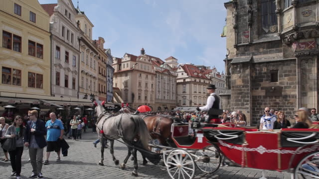 stockvideo's en b-roll-footage met tourists & horse & carriage in old town square, prague, czech republic, europe - paardenkar