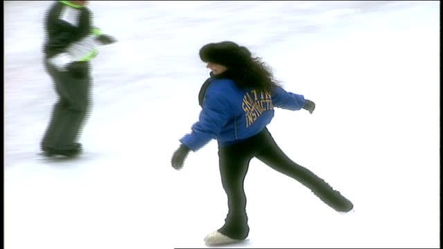 cu tourists ice skating at rockefeller center - ロックフェラーセンターのクリスマスツリー点の映像素材/bロール