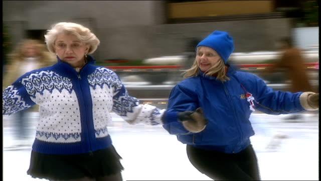 tourists ice skating at rockefeller center - ロックフェラーセンターのクリスマスツリー点の映像素材/bロール