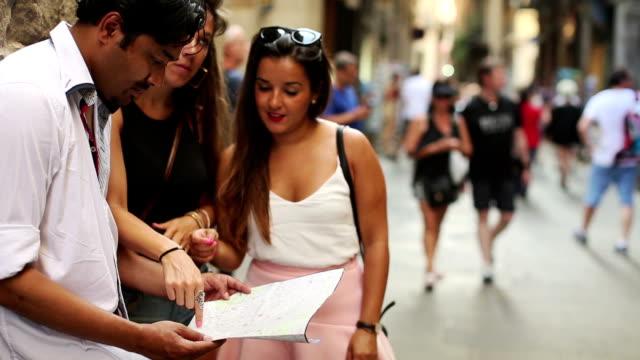 観光客のバルセロナでは、地図 - ゴシック地区点の映像素材/bロール