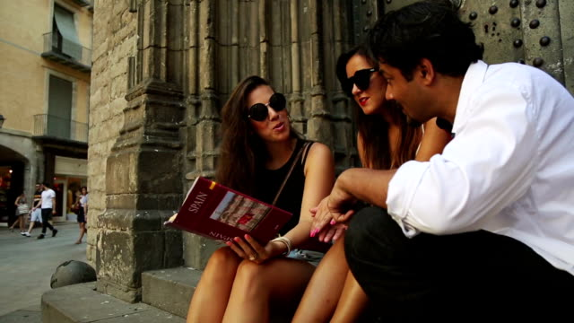 バルセロナで、観光ガイドブック - ゴシック地区点の映像素材/bロール