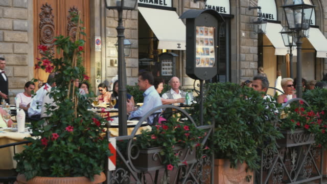 ws pan tourists in beer garden of outdoor restaurant / florence, italy - florence italy stock videos & royalty-free footage