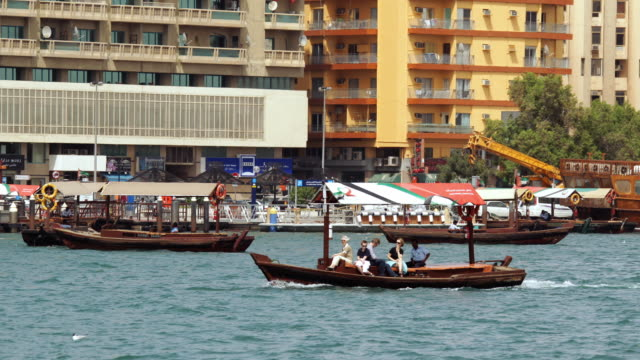t/l ws pan tourists in boat on dubai creek / dubai, united arab emirates - imbarcazione per passeggeri video stock e b–roll