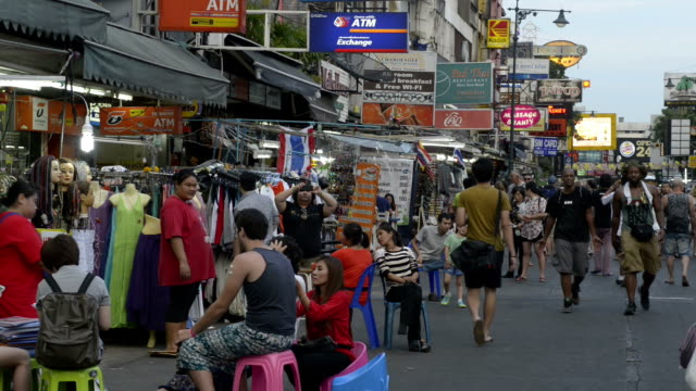tourists in busy khao san road - thailand点の映像素材/bロール