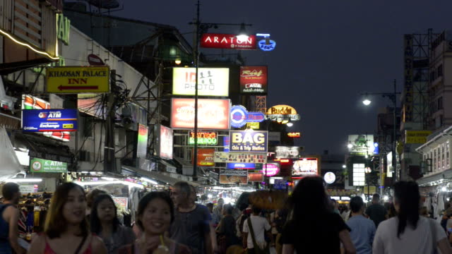 tourists in busy khao san road - bangkok点の映像素材/bロール