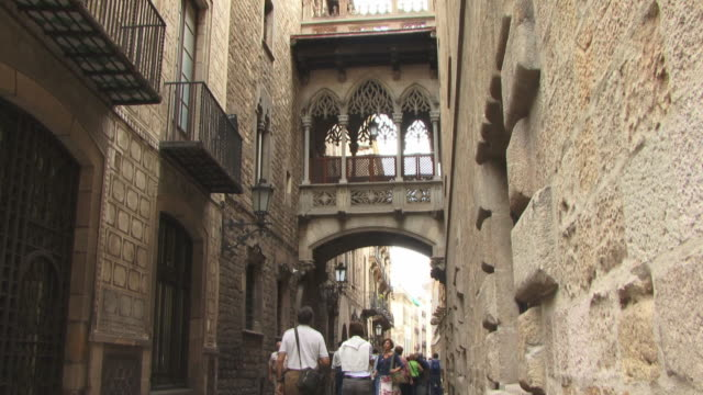 ms, la, tu, tourists in carrer del bisbe, barri gotic, barcelona, spain - gothic quarter barcelona stock videos and b-roll footage