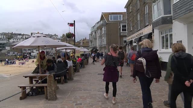 tourists in cornwall enjoying staycations during the coronavirus pandemic - leisure activity stock videos & royalty-free footage