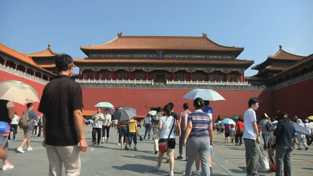 ws tourists in courtyard of forbidden city / beijing, china - courtyard stock videos & royalty-free footage