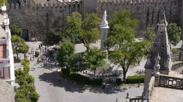 vidéos et rushes de tourists in front of palace in seville, spain - place