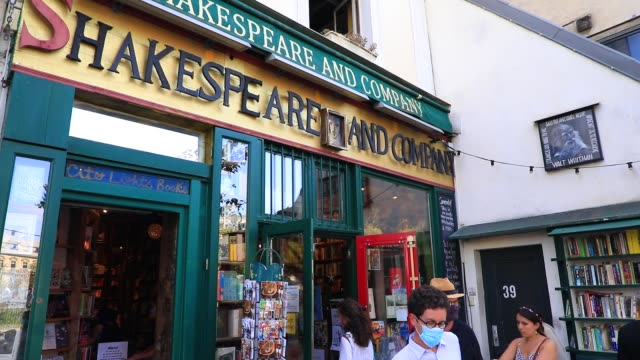 "tourists in front of the bookstore specializing in english literature ""shakespeare and company"" on july 19, 2020 in paris, france. this unmissable... - entrance sign stock videos & royalty-free footage"