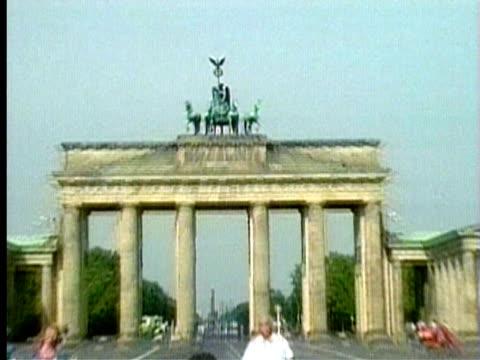 vidéos et rushes de 1994 cu zo ws tourists in front of the brandenburg gate/ berlin, germany/ audio - berlin