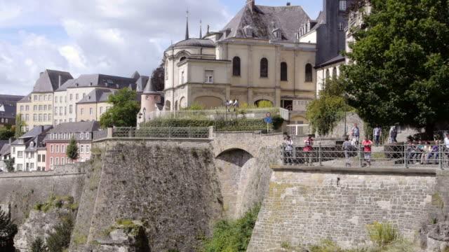 vidéos et rushes de tourists in luxembourg cities old town - grand duché du luxembourg
