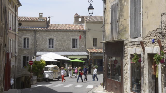 tourists in mountain village bonnieux - luberon video stock e b–roll