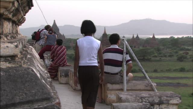 vídeos y material grabado en eventos de stock de tourists in myanmar - ruina antigua