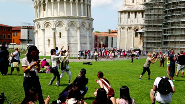 touristen in piazza dei miracoli, pisa, italien - tourist stock-videos und b-roll-filmmaterial