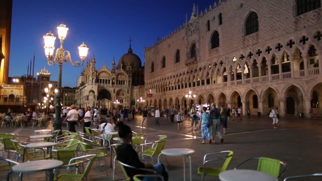vidéos et rushes de ws tourists in piazza san marco / venice, italy - venise