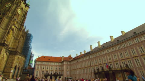 ws pan tourists in plaza and st. vitus cathedral clock tower / prague, czech republic - 聖ヴィート大聖堂点の映像素材/bロール