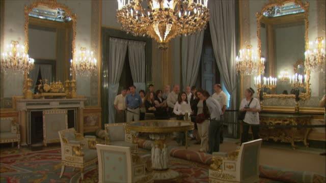 vídeos y material grabado en eventos de stock de ws tu tourists in royal palace, madrid, spain - palacio interior