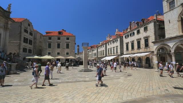 tourists in the city of dubrovnik, dalmatia coast, croatia. - besichtigung stock-videos und b-roll-filmmaterial