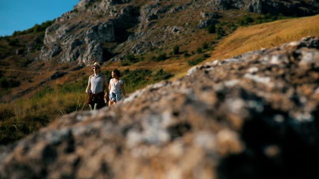 turister i berget - gå tillsammans bildbanksvideor och videomaterial från bakom kulisserna