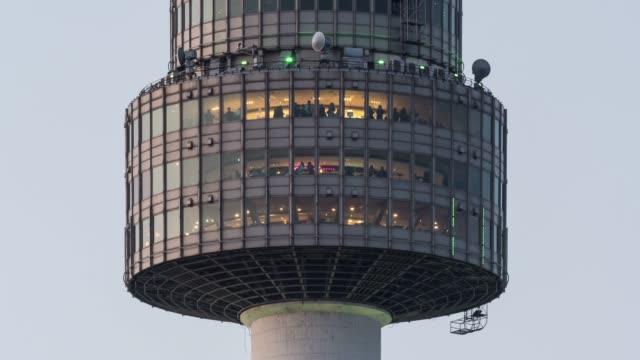 vídeos de stock, filmes e b-roll de tourists in the observatory of n seoul tower(tourist spot), seoul - ponto de observação