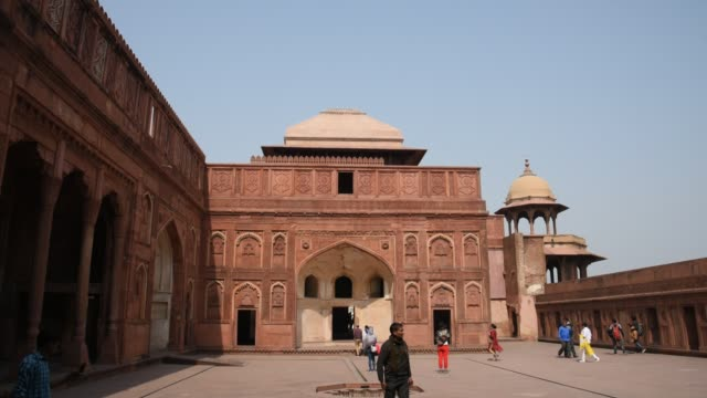 tourists in the red fort at agra, india. - agra video stock e b–roll