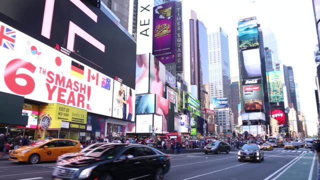 stockvideo's en b-roll-footage met tourists in times square new york us on monday may 21 2018 - elektronisch reclamebord