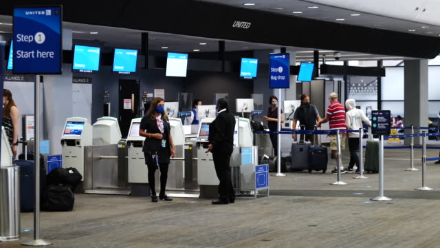tourists in united airlines checkin area at san francisco international airport at san francisco international airport in san francisco california us... - flugpassagier stock-videos und b-roll-filmmaterial