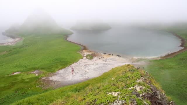 vídeos y material grabado en eventos de stock de tourists inside yankicha island volcanic caldera - caldera cráter