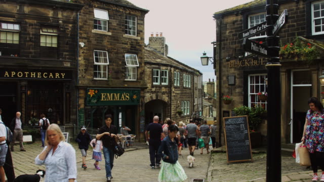 vídeos y material grabado en eventos de stock de tourists & locals in haworth - yorkshire