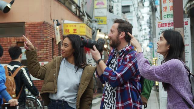 Touristen, die sich umschauen und Fotos machen, in Tokio