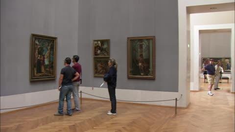 vidéos et rushes de ws pan tourists looking at durer's paintings in alte pinakothek, munich, bavaria, germany - montrer la voie