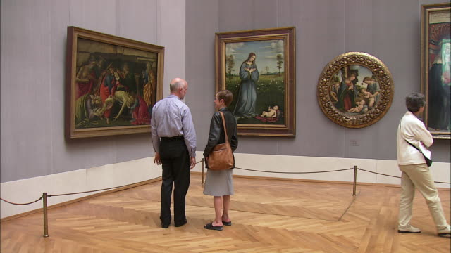 vidéos et rushes de ws tourists looking at italian renaissance paintings in alte pinakothek, munich, bavaria, germany - religion