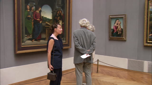 vidéos et rushes de ms pan tourists looking at raphael's paintings in alte pinakothek, munich, bavaria, germany - religion
