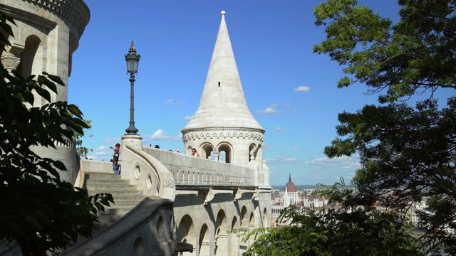 tourists looking at view on budapest fishermen's bastion - ハンガリー文化点の映像素材/bロール