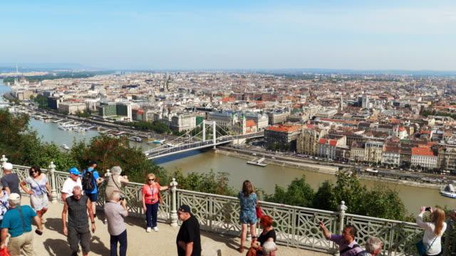 vídeos de stock e filmes b-roll de tourists looking at view on budapest gellert hill - rio danúbio