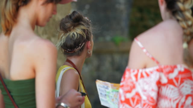 tourists looking for directions in italy - map pin icon stock videos and b-roll footage