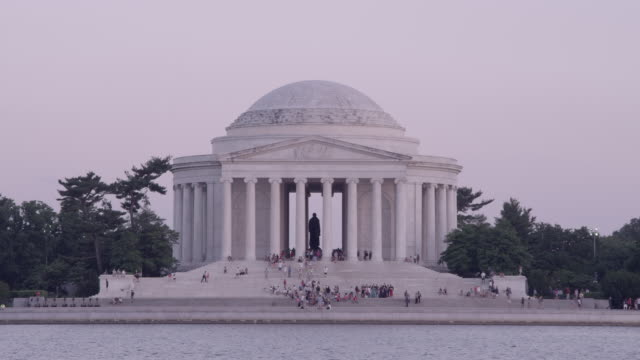 ws tourists milling about the jefferson memorial / washington dc, united states - トーマス ジェファーソン点の映像素材/bロール