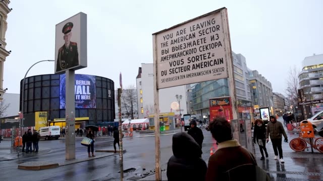 vidéos et rushes de tourists mingle at former checkpoint charlie, where u.s. and soviet tanks confronted each other in the early years of the cold war on january 09,... - guerre froide