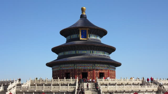vidéos et rushes de tourists move around the hall of prayer for good harvests at the temple of heaven. - temple du ciel