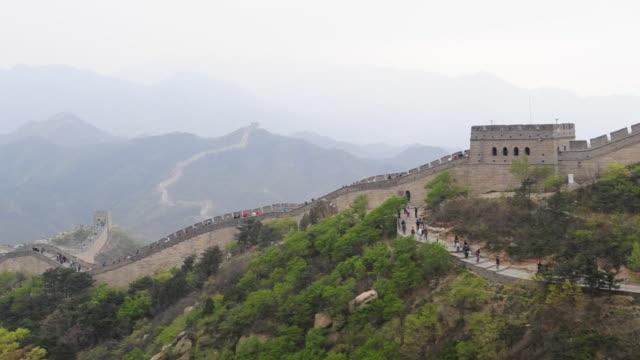 vídeos y material grabado en eventos de stock de tourists move on a sidewalk near the great wall at badaling. - badaling