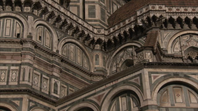 tourists move past the florence cathedral. - アーマンド・イアヌッチ点の映像素材/bロール