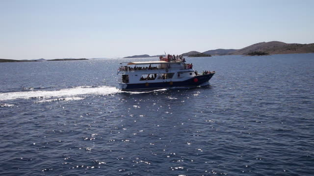 tourists on a ship in the  archipelago, kornati national park - mare adriatico video stock e b–roll