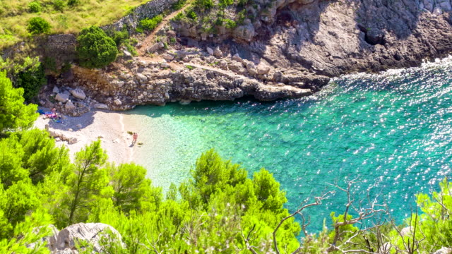 ls ha turisti su una spiaggia idilliaca - croazia video stock e b–roll