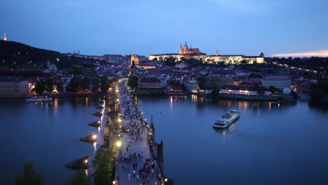 vídeos de stock e filmes b-roll de ws ha tourists on charles bridge at dusk / prague, czech republic - embarcação comercial