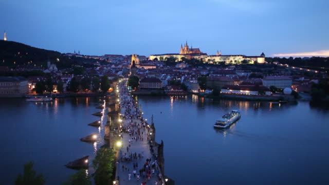 vídeos y material grabado en eventos de stock de ws ha tourists on charles bridge at dusk / prague, czech republic - cultura checa