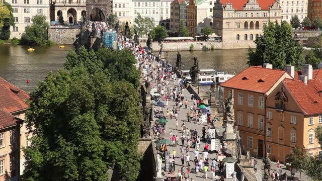 vídeos y material grabado en eventos de stock de ws ha tourists on charles bridge / prague, czech republic - cultura checa
