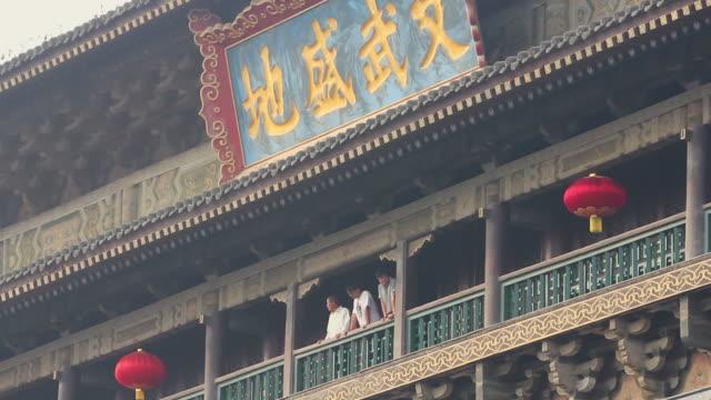 ls tourists on chinese traditional architecture/xian,shaanxi,china - 史跡めぐり点の映像素材/bロール