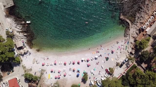 vídeos y material grabado en eventos de stock de tourists on croatia beach, overhead aerial - cultura croata